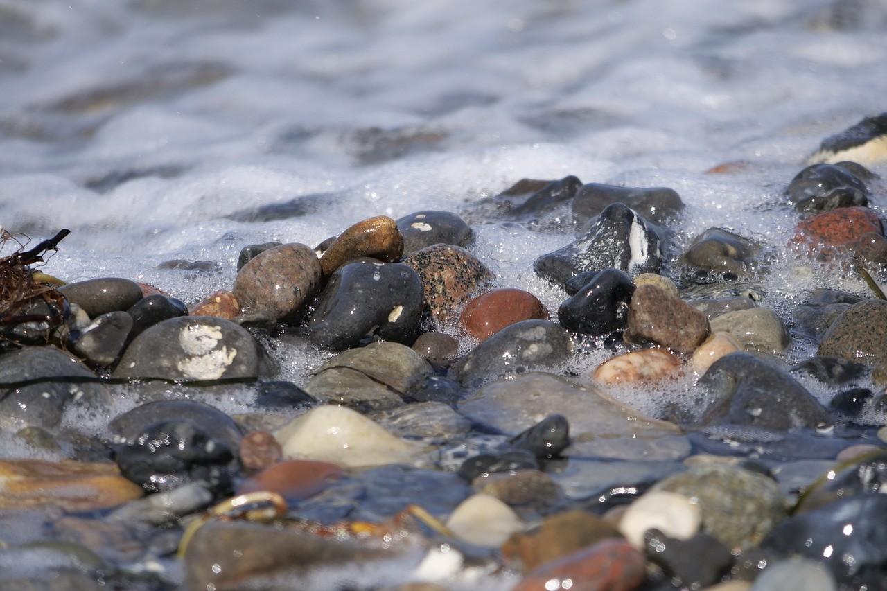 Exemple de polissage de galets dans l'eau d'une rivière